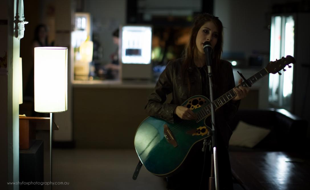 Songstress by lamplight | www.shyfoxphotography.com.au